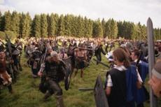 2800 Leute kloppen aufeinander ein, beängstigend