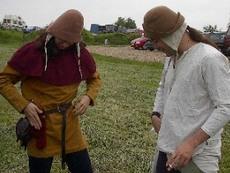 Dimo und Tobias beim Ankleiden für den Markt