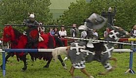 Der 'böse' Ritter des Turniers hebt einen gerade eben erst zum Ritter geschlagenem Reiter mit Leichtigkeit aus dem Sattel